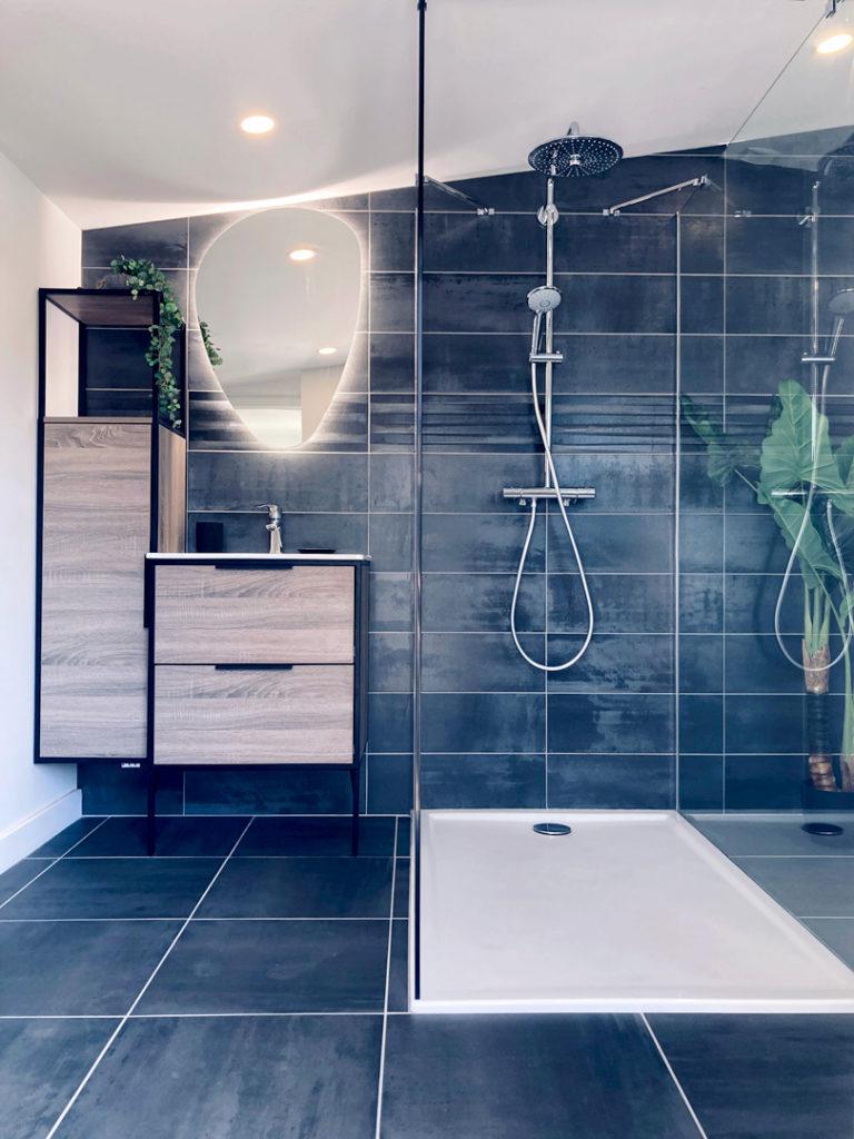 Une salle de bain lumineuse et chaleureuse